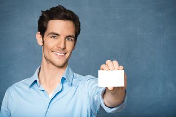 Junger Mann mit weißer Visitenkarte