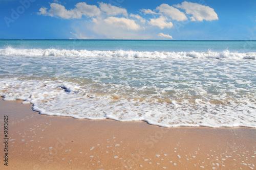 Fotobehang Een Hoekje om te Dromen playa tropical con cielo azul