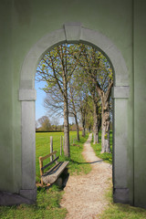 Torbogen mit Wanderweg, Frühlingslandschaft