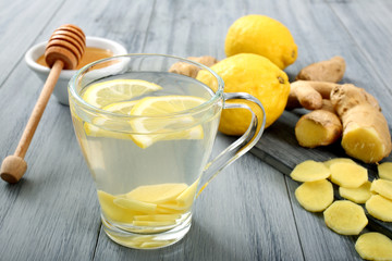 the' ginger e limone sfondo grigio