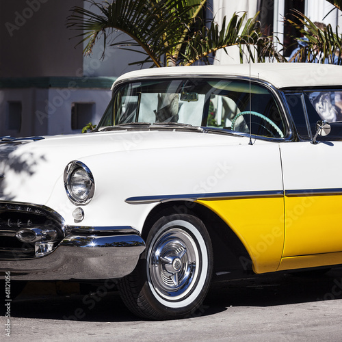 Old white and yellow car © Frédéric Prochasson