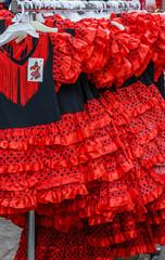 Traditionelle spanische rot und schwarze Kleider