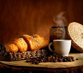 Espresso Caldo con Croissant