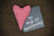 Rotes Herz auf Holz mit Tafel