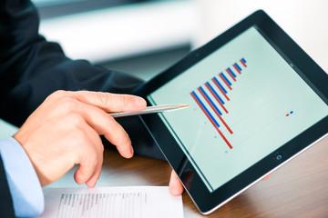 Business - Geschäftsmann arbeitet mit Tablet Computer