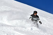 Snowboarder am steilen Hang