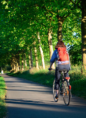Fahrradtour Ausflug Frau auf Fahrrad - Biking Woman