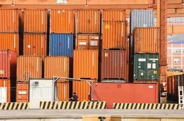 Deposito portuale di containers