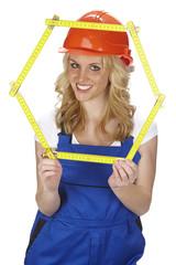 Arbeiterin mit Hexagon aus Zollstock (Formel Cyclohexan)