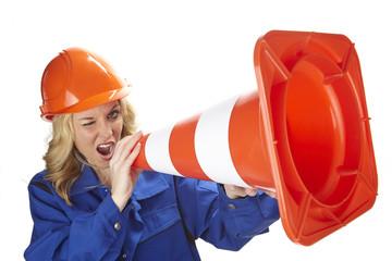 Handwerkerin nutzt Pylon als Megaphon