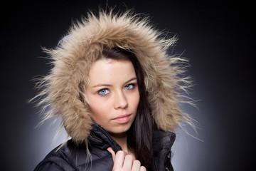 portrait femme avec capuche en fourrure