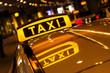 Leinwanddruck Bild - Taxischild mit Spiegelung im Dach des Taxis
