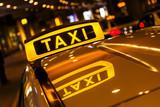 Taxischild mit Spiegelung im Dach des Taxis