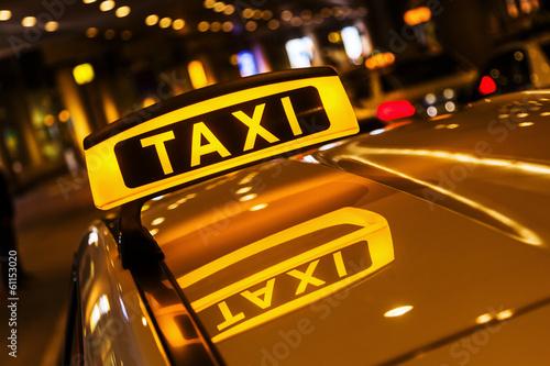 Leinwanddruck Bild Taxischild mit Spiegelung im Dach des Taxis