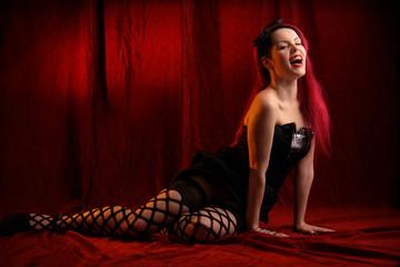 Lachende Frau in roter Kulisse