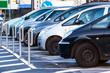 geparkte Autos in Parktaschen