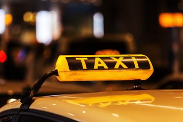 Taxischild auf einem Taxidach bei Nacht