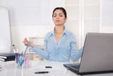 Fototapety Frau entspannt sich in der Mittagspause mit Meditation