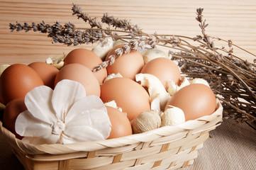Cesta de huevos con flor de lavanda