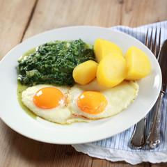 Rahmspinat, Kartoffeln und Spiegeleier