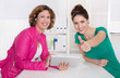 Zwei lachende Business Frauen im Büro - happy Teamwork
