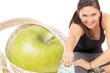 Apfel mit Bandmaß und Frau beim Sport treiben