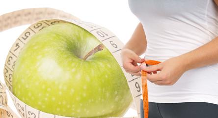 Apfel mit Bandmaß und Frau mit Bandmaß