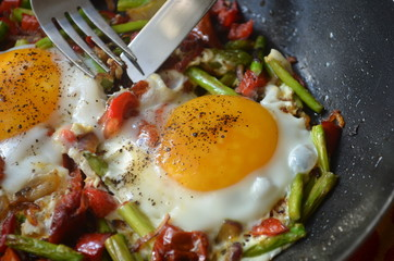 fried egg with sun-dried tomatoes and asparagus