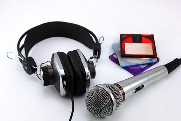 наушники и микрофон на белом фоне