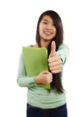Mädchen zeigt mit der Hand Daumen-Hoch-Zeichen