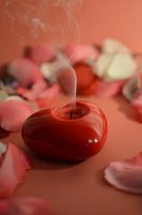 candela spenta e petali