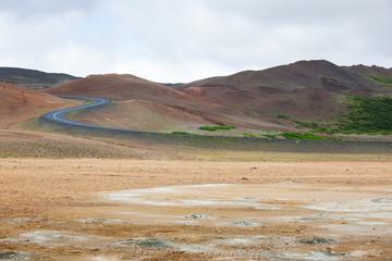Strada tra le montagne rosse in Islanda