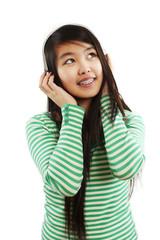 Mädchen hält Hände am Kopfhörer