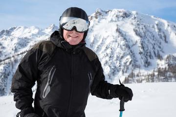 Homme portant un casque de ski