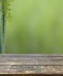 vieille table bois sur fond nature asiatique