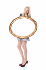 Blondine hält goldenen Bilderrahmen