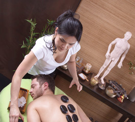 Mann bei der traditionellen Thai-Massage - Hotstone