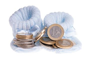 kleine Babyschuhe und Euromünzen isoliert