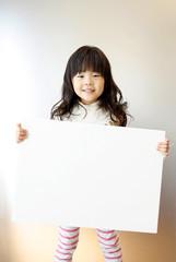 メッセージボードを持つ女の子