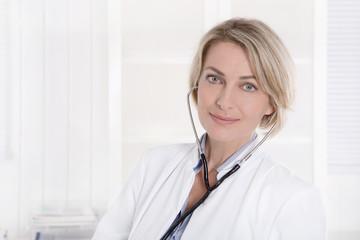 Portrait einer Ärztin auf Hintergrund weiß mit Blutdruckmeßgerät