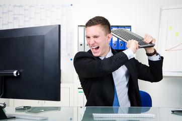 zorniger geschäftsmann am computer