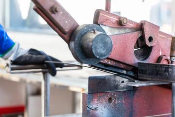 Handwerker schneidet mit einer Hebelschere Metall