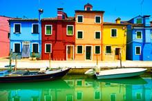 Venise repère, île de Burano canal, maisons et bateaux colorés,