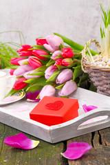 Geschenk mit Herz und Tulpen