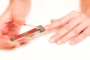 Soin des mains (se couper les ongles)