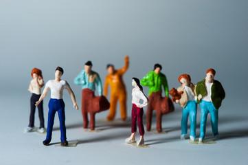 ミニチュアの人形の集団