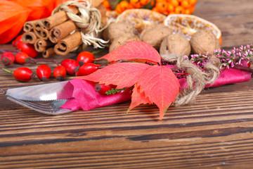 Herbstlich dekoriertes Besteck
