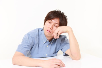 睡魔に襲われる男性