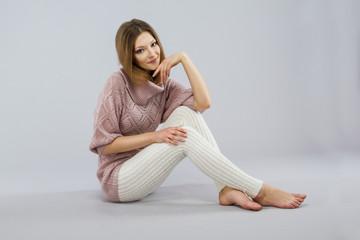 Девушка в вязаной одежде.