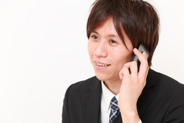 スマホで電話をするビジネスマン